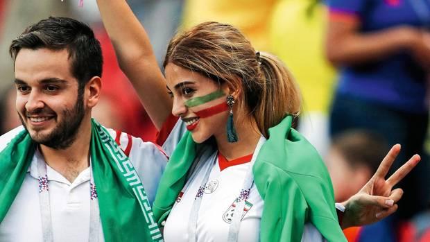 Die junge Frau aus dem Iran trägt auf dem Foto für ihren Fan-Ausweis, den alle Gäste in Russland haben müssen, noch ein Kopftuch. Im WM-Land kann sie nun ihre Hülle ablegen