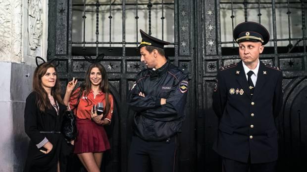Ein Nebeneinander von Fröhlichkeit und Staatsmacht: Fans und Sicherheitskräfte auf der Nikolskaja-Straße in Moskau