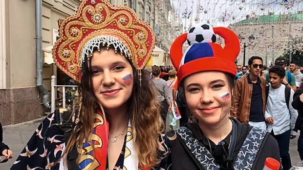 Der Sommer ihres Lebens: die Russinnen Natalie (l.) und Raya unterwegs in Moskau