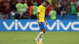 Mit gesenktem Kopf und Kinn im Trikotkragen geht Neymar nach dem WM-Aus gegen Belgien über den Platz