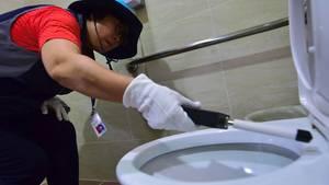 Bereits 2016 zogen spezielle Trupps durch die Städte Südkoreas, um nach versteckten Kameras auf öffentlichen Toiletten zu suchen