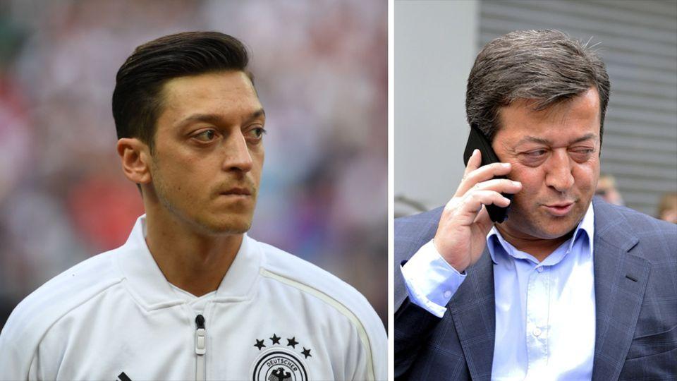 Bis 2013 wurde Mesut Özil (l.) von seinem Vater Mustafa (r.) beraten