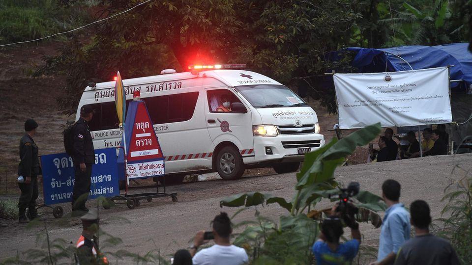 Höhlen-Drama in Thailand: Krankenwagen verlässt Gelände