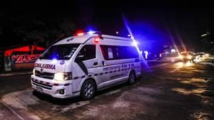 Ein Rettungswagen fährt mutmaßlich gerettet Jungen in Krankenhaus