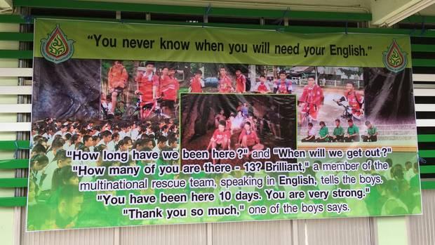 Thailand Höhle - Plakat in einer Schule: Du weißt nie, wann du dein Englisch brauchst