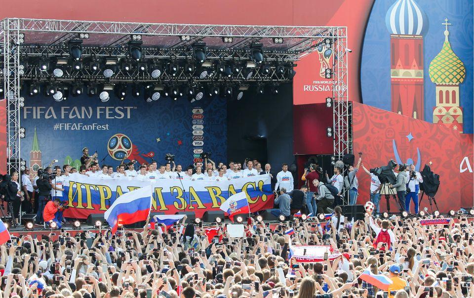 Moskau: Die russische Nationalelf wird trotzdes Ausbei der WM 2018 von tausenden Fans gefeiert