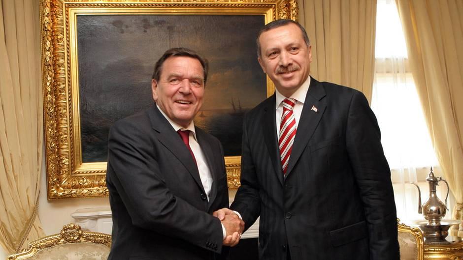 """Gerhard Schröder angeblich als """"besonderer Freund"""" Erdogans bei Vereidigung"""