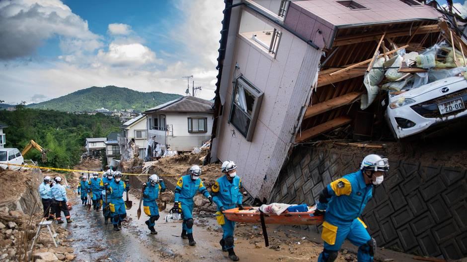 Rettungskräfte bergen Menschen in der japanischen Stadt Kumano