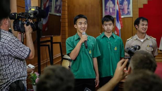 Klassenkameraden der in Thailand in einer Höhle eingeschlossenen Jungen sprechen zur Presse