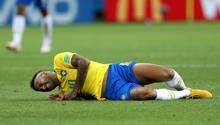Neymar Jr liegt mit schmerzverzerrtem Gesicht auf dem Fußballfeld