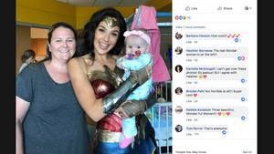 Schauspielerin Gal Gadot mit einem kranken Kleinkind auf dem Arm