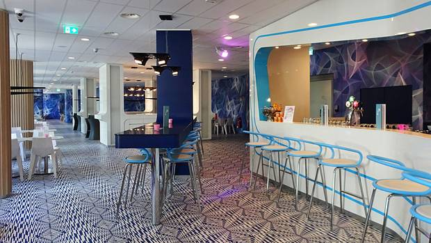 Großzügiges Design vonKarim Rashidundfür viele Gäste ausgerichtet: Die Lobby im Prizeotel Hamburg St. Pauli
