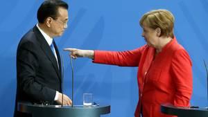 Kanzlerin Angela Merkel und Ministerpräsident Li Keqiang wollen Schaden in der Handelspolitik abfedern.
