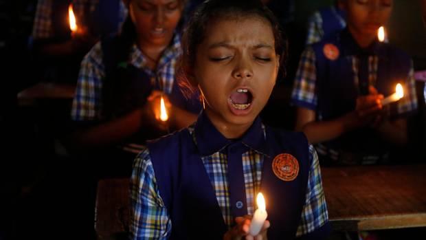 Indien, Ahmadabad: Schüler beten für die Jungen, die in Thailand in einer Höhle gefangen sind, und nun gerettet werden