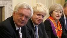 Brexit Minister David Davis (l.) und Außenminister Boris Johnson (M.) haben mit ihren Rücktritten die Regierung von Theresa May in die nächste Krise gestürzt