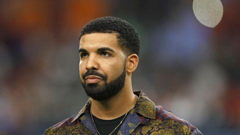 Drake beim Besuch eines Fußballspiels