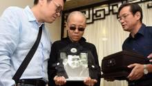 Liu Xia hält ein Foto ihres verstorbenen Mannes Liu Xiaobo