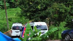Krankenwagen und Retter vor der thailändischen Höhle