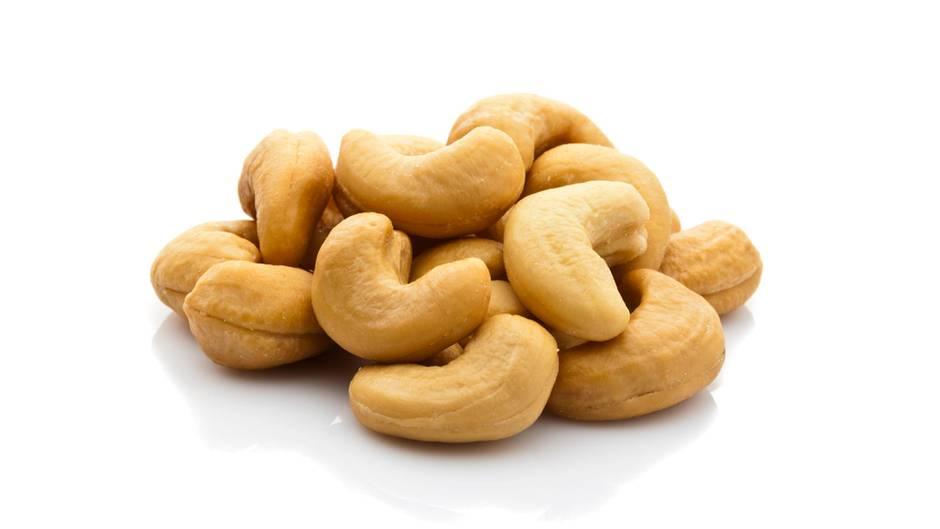 Steckbrief Cashewnuss  Bezogen auf jeweils 100 Gramm - Kalorien: 572 kcal; Fett: 42 Gramm; Eiweiß: 18 Gramm; Ballaststoffe: 3 Gramm  Cashewnüsse schmecken süßlich und hinterlassen beim Zerbeißen ein cremiges Gefühl im Mund. Deswegen sind die halbmondförmigen Nüsse ausgesprochen beliebt. Cashewnüsse gelten alssehr gesund - sie enthalten nebenZink, Carotinoiden und Folsäure die Aminosäure Tryptophan, das der Körper in das Glückshormon Serotonin umwandeln kann.