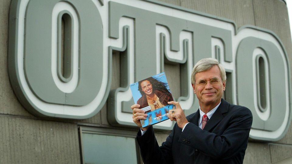Der Konzernchef Michael Otto 2002 mit der damaligen Ausgabe des Otto-Katalogs