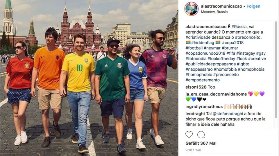 Sechs Brasilianer und Brasilianerinnen gehen in bunten Fußballtrikots über die Straße