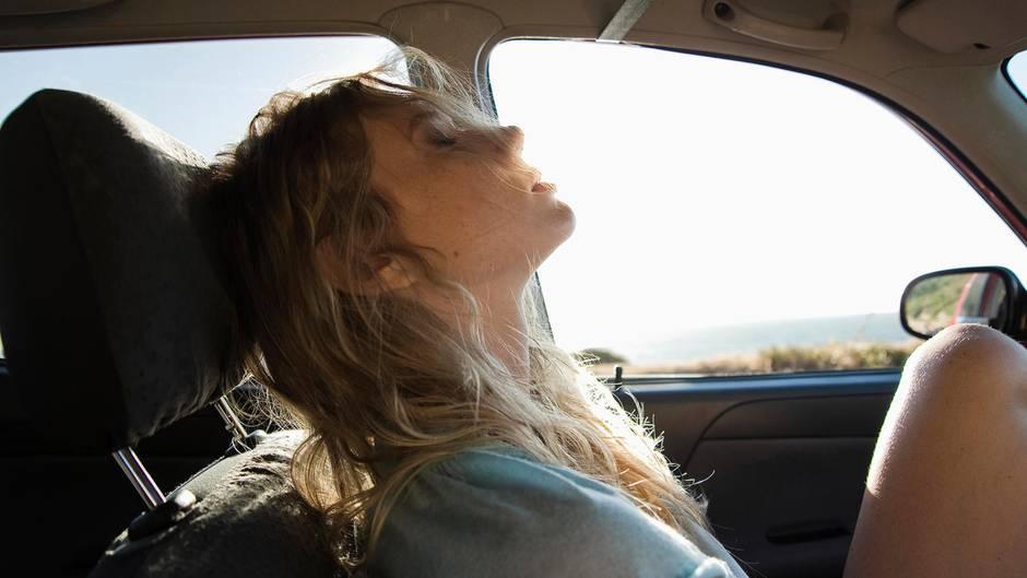 Eine junge Frau sitzt in einem Auto