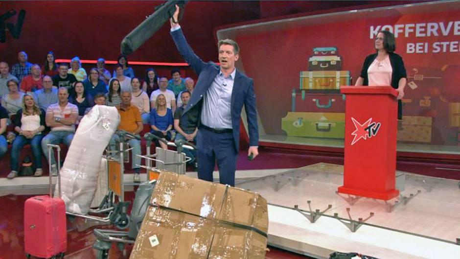 Kofferversteigerung 2017: Steffen Hallaschka zeigt die angebotenen Gepäckstücke.