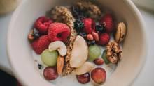 Frühstücks-Bowl mit Beeren und Nüssen