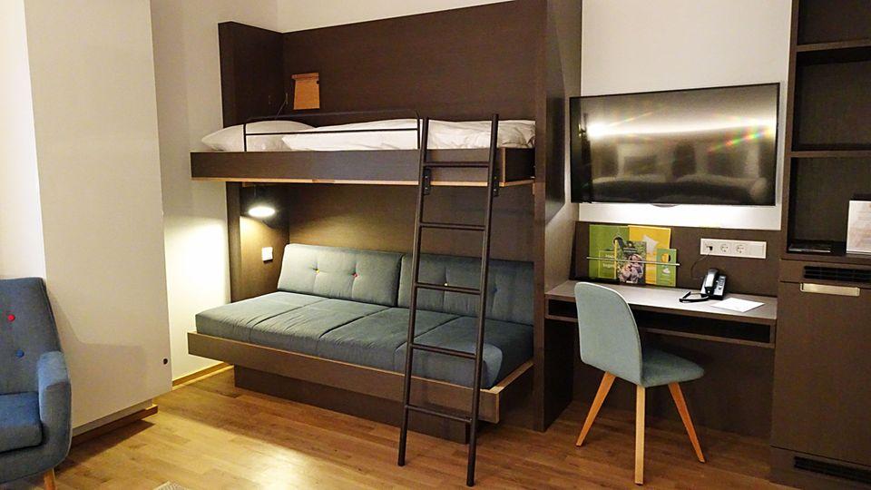 In einigen der 220 Zimmern gibt es zusätzlich noch zwei weitere Schlafgelegenheiten: Jufa Hotel Hamburg Hafencity