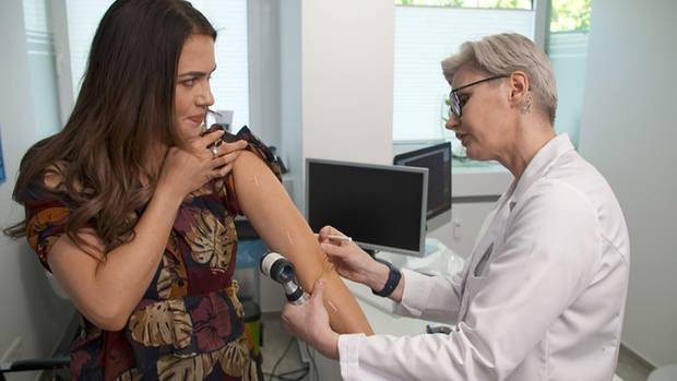 Jessica Paszka bei der Hautkrebs-Vorsorgeuntersuchung bei Dr. Uta Schlossberger.