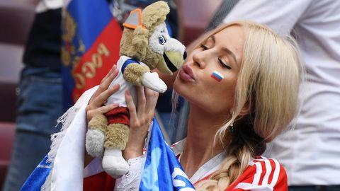 WM 2018: Eine Anhängerin der russischen Sbornaja feiert ihre Mannschaft an