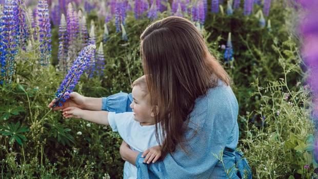 Frau und Baby in Blumenfeld