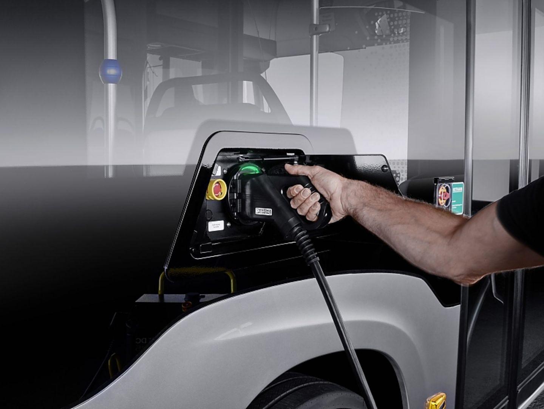 Der Mercedes eCitaro kann im Depot geladen werden