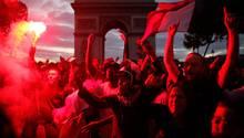 Fans der französischen Nationalmannschaft jubeln nach dem Spiel auf der Champs-Elysees