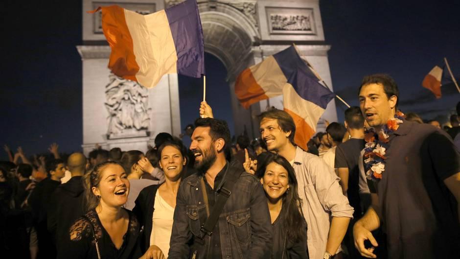 Fans feiern nach dem Sieg der französischen Mannschaft im ersten Halbfinale der Fußball-Weltmeisterschaft am Triumphbogen auf den Champs Elysees