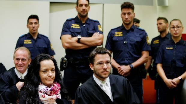 Beate Zschäpe mit ihrem VerteidigerMathias Grasel vor dem Urteilsspruch