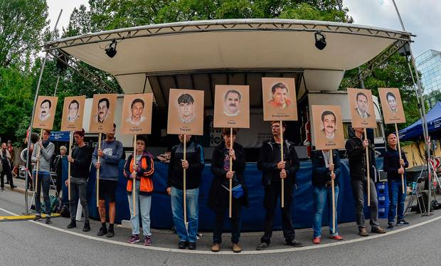 Die Demonstranten trugen auch Schilder mit Bildern der Opfer des NSU