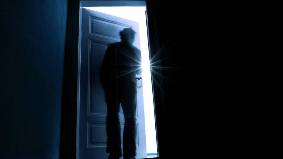 Mensch geht durch Tür