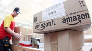 Amazon-Pakete im DHL-Zentrum in Norderstedt (Schleswig-Holstein)