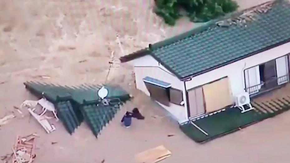 Heftige Regenfälle: Haus wird von Fluten weggeschwemmt – Bewohner kämpfen um ihr Leben