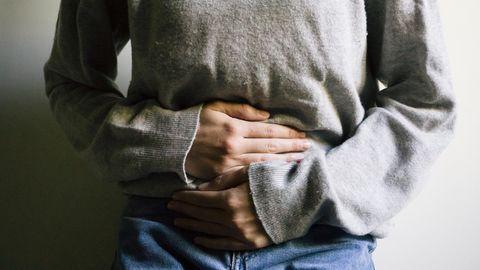 Eine Frau hält sich den Bauch