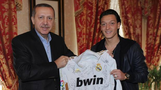 """Links steht der türkische Präsident Recep Tayyip Erdogan, rechts Mesut Özil. Gemeinsam halten sie ein """"Real Madrid""""-Trikot"""