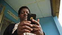 Eine Frau hält ein Smartphone in der Hand