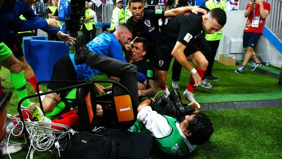 Einzug ins WM-Finale: Der wildeste Jubel der WM: Mandzukic und Co. fallen über Fotografen her