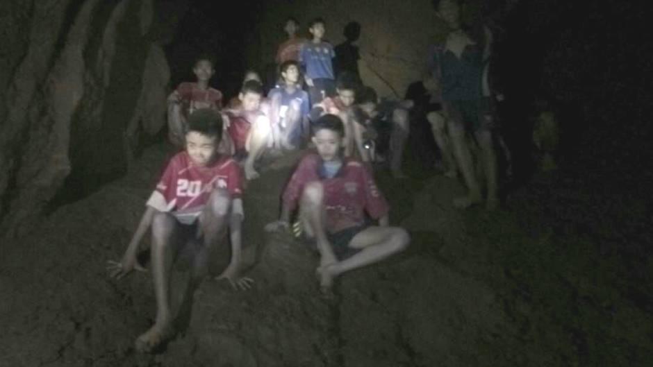 Gruppe von Jungs in der thailändischen Höhle