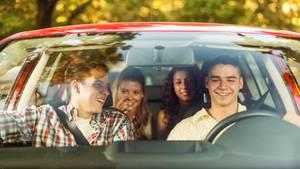Gruppe von Mitfahrern im Auto