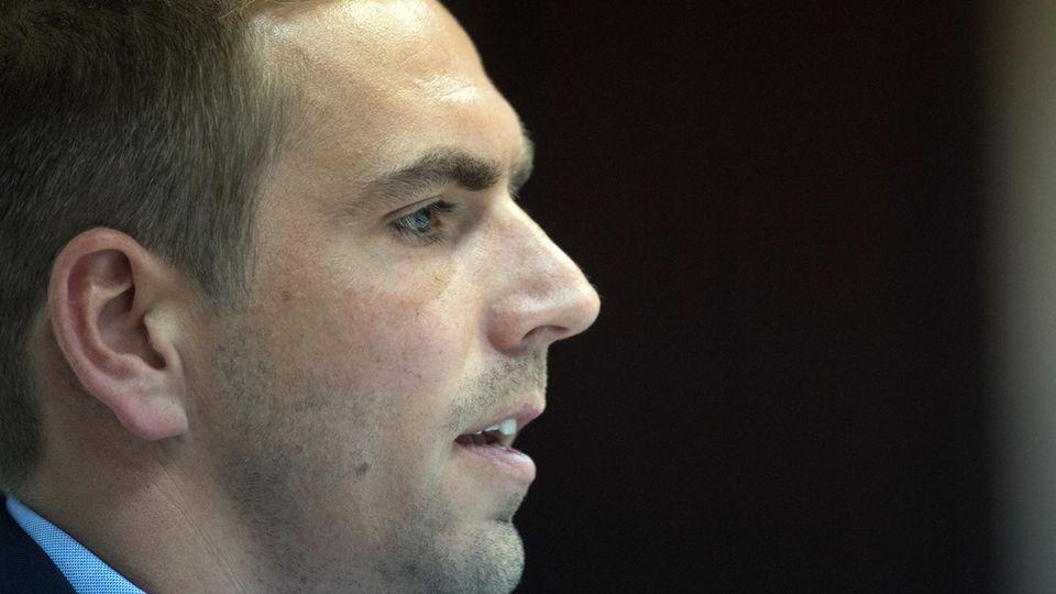 Ex-Fußballprofi Philipp Lahm ist im Profil zu sehen. Sein Kopf füllt die linke Hälfte des Bildes, der Hintergrund ist schwarz