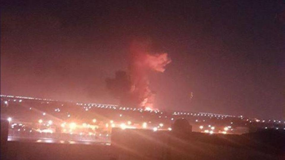 Nahe des Flughafen von Kairo hat es wohl eine heftige Explosion gegeben. Ein Tweet zeigt eine Rauchwolke und Feuer
