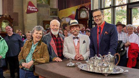 """Das Schauspieler- und Comedian-Ehepaar Margie Kinsky und Bill Mockridge, """"Bares für Rares""""-Moderator Horst Lichter und Experte Detlev Kümmel (v. l.)"""