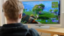 """Ein junger Mann spielt das derzeit populäre Videospiel """"Fortnite"""""""